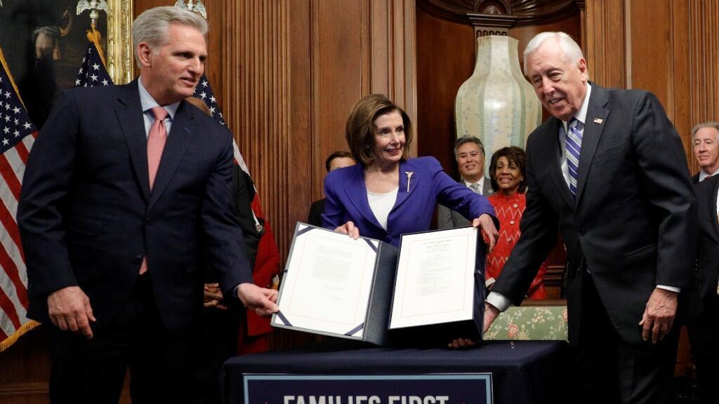 La portavoz de la Cámara de Representantes, Nancy Pelosi, acompañada de los congresistas Kevin McCarthy y Steny Hoyer, presentan el proyecto de ley del paquete de ayuda de 2,2 billones de dólares. Washington D. C., Estados Unidos, 27 de marzo de 2020.