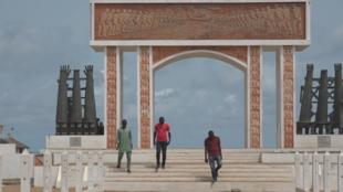 Des guides touristiques sur le site mémorial de la Porte du non-retour à Ouidah, à quelques kilomètres de Cotonou.
