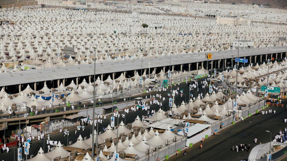 """En el primer día del Hajj, los peregrinos realizan el denominado """"Al Taruia"""", que significa """"la revelación"""". La jornada está dedicada al recogimiento, el rezo y la meditación."""