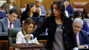 La diputada almeriense Marta Bosquet de Ciudadanos, que ha sido elegida presidenta de la Cámara autonómica vota para elegir a los miembros de la Mesa, ante la presidenta de la Junta en funciones, Susana Díaz, en el Parlamento de Andalucía en Sevilla que está celebrando la sesión constitutiva de la XI legislatura, el 27 de diciembre de 2018.