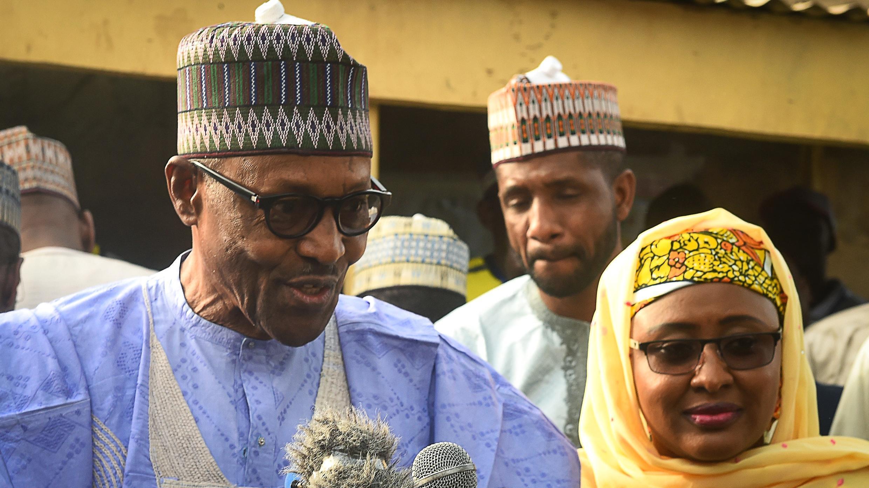 Muhammadu Buhari s'exprime devant un bureau de vote de Daura, dans le nord-ouest du Nigeria, le 23 février 2019.