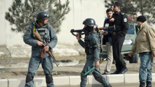 Des policiers afghans après une attaque dans l'est de Kaboul, en mars 2018.