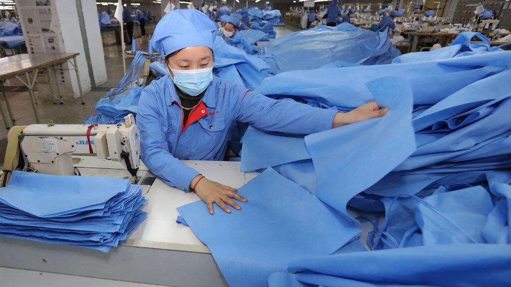 Empleados hacen vestidos de aislamiento en el condado de Zouping, en la provincia oriental china de Shandong, el 10 de febrero de 2020.
