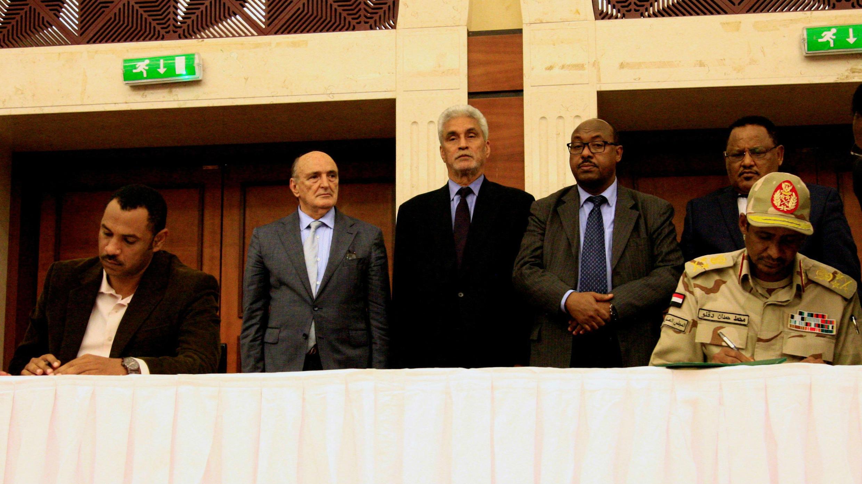 Los líderes de la junta militar y la oposición firman un acuerdo para compartir el poder en Jartum, Sudán, el 17 de julio de 2019.