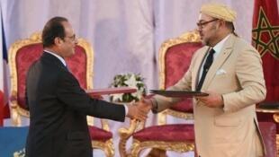 الرئيس الفرنسي فرانسوا هولاند والعاهل المغربي محمد السادس بطنجة في 20 أيلول/سبتمبر