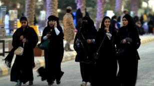 De jeunes Saoudiennes lors du festival Héritage et Culture dans le village d'Al-Thamama, près de Riyad, en février 2016.