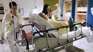 Des soignants s'occupent d'un homme malade au service des urgences de l'hôpital Nord, à Marseille, le 3 décembre 2012.