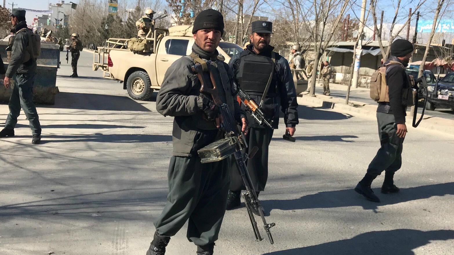 Policías afganos hacen guardia en el sitio donde se registró una serie de explosiones en Kabul, el 28 de diciembre de 2017.
