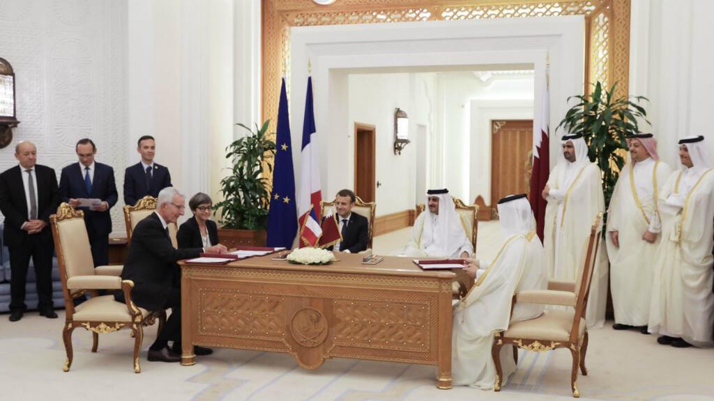 El presidente francés durante su visita en Qatar firmó contratos comerciales por un total de 12 mil millones de euros, el 7 de diciembre del 2017.