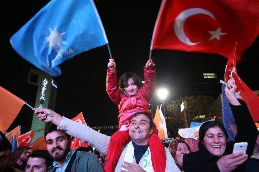 """أنصار حزب """"العدالة والتنمية"""" يحتفلون بالفوز في أنقرة"""