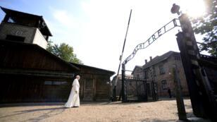 """Le pape François a traversé à pied, seul, le portail orné des mots """"Arbeit macht frei""""."""