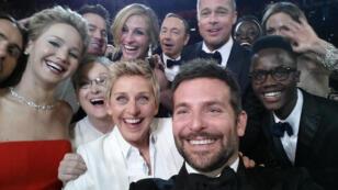 En 2016, le succès du selfie n'est plus à prouver... Ici la présentatrice des Oscars 2014 Ellen DeGeneres, avec la crème d'Hollywood.