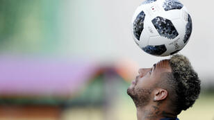 النجم البرازيلي نيمار في صفوف نادي باريس سان جرمان الفرنسي.
