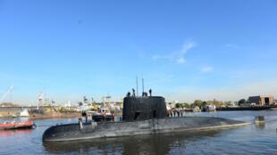 El submarino militar argentino ARA San Juan deja el puerto de Buenos Aires, Argentina. Febrero 2014
