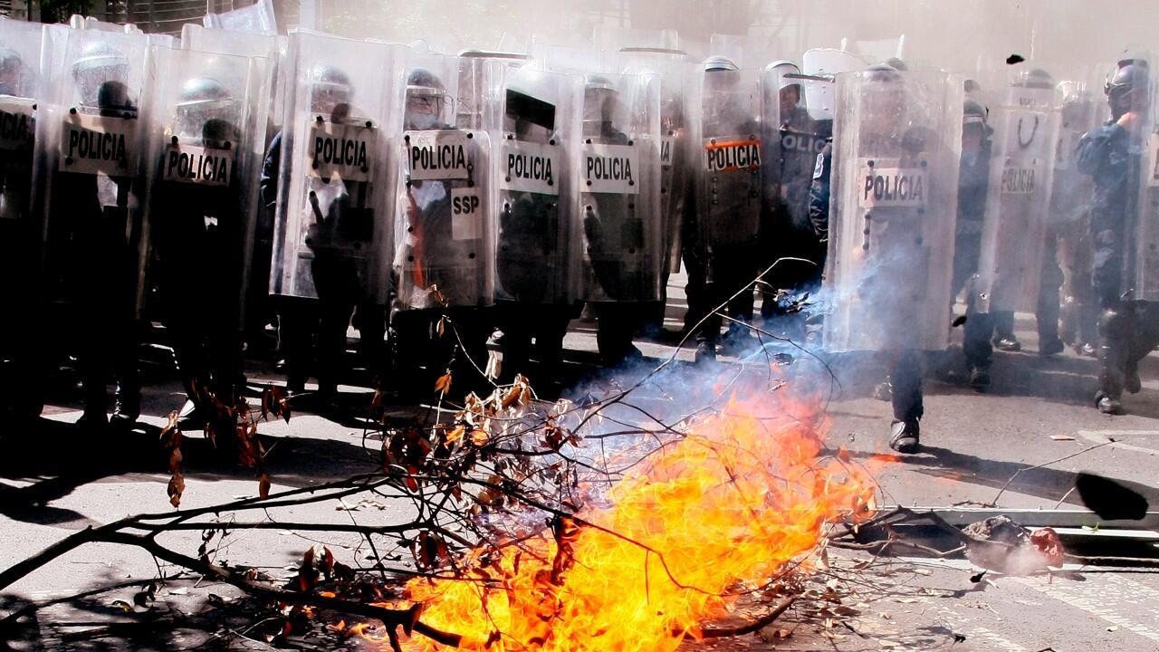Manifestantes encienden una hoguera durante una protesta frente a la Embajada estadounidense, en Ciudad de México, México, el 5 de junio de 2020.