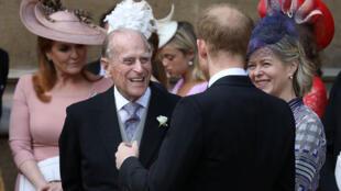 El Duque de Edimburgo habla con el Duque de Sussex cuando se van después de la boda de Lady Gabriella Windsor y Thomas Kingston en la Capilla de San Jorge en el Castillo de Windsor, cerca de Londres, Gran Bretaña, 18 de mayo de 2019.
