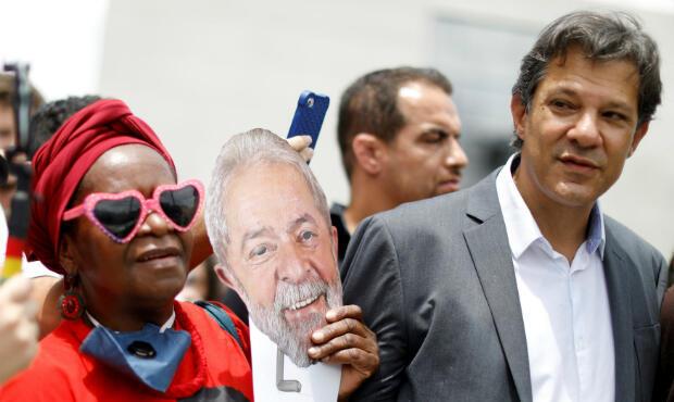 Un simpatizante del ex presidente de Brasil, Luiz Inácio Lula da Siva, lleva una máscara junto a Fernando Haddad junto a la sede de Justicia Federal en Curitiba, Brasil, el 14 de noviembre de 2018.