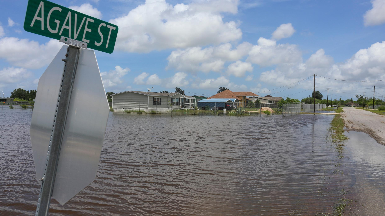 Las inundaciones del huracán Hanna llenan los patios a lo largo de la calle Agave el lunes 27 de julio de 2020, cerca de Laureles, Texas.