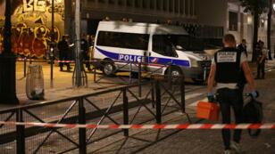 Des policiers sur place après l'attaque au couteau d'un homme dans les rues de Paris dans le 19ème arrondissement le 9 septembre 2018.
