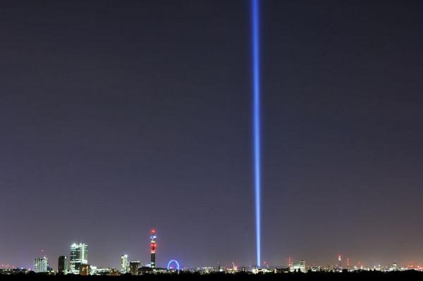 Colonne de lumière à Londres pour commémorer le Grande guerre