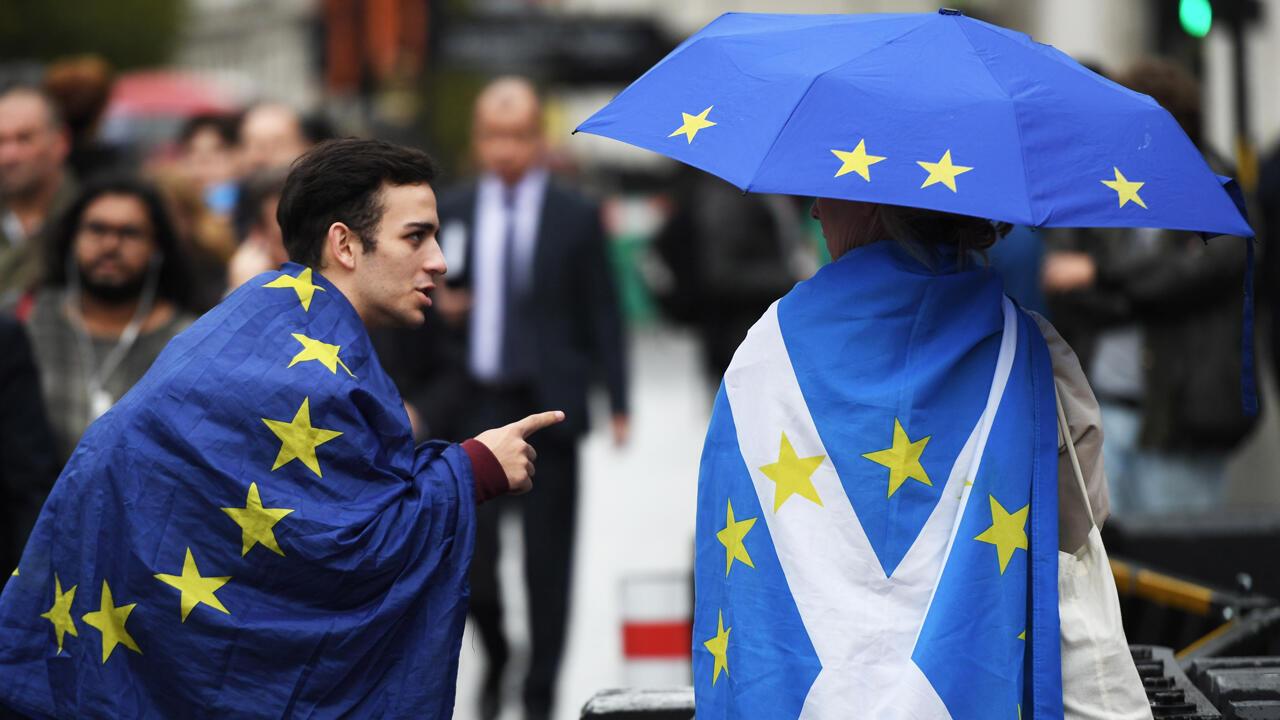 Manifestantes a favor de permanecer en el bloque de la Unión Europea, en el Parlamento en Londres, Gran Bretaña, el 25 de septiembre de 2019.