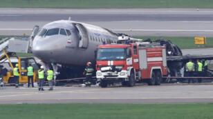 Los miembros de los servicios de emergencia e investigadores trabajan en la zona donde se accidentó un avión Aeroflot Sukhoi Superjet 100 en el aeropuerto Sheremetyevo, en Moscú, Rusia, el 6 de mayo de 2019.