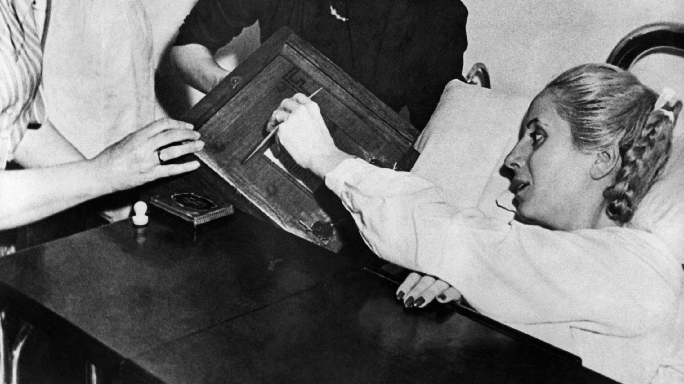 Eva Perón vota desde la cama de hospital en las primeras elecciones nacionales que permitieron el voto femenino el 11 de noviembre de 1951.