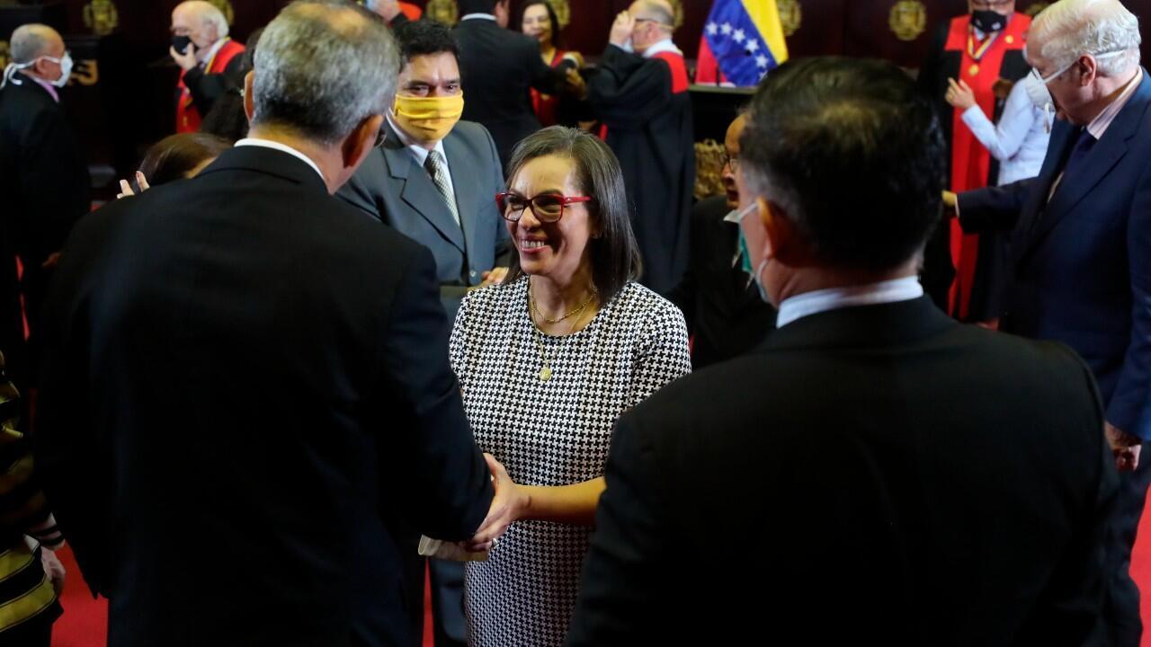 La nueva presidenta del Consejo Nacional Electoral, CNE, de Venezuela Indira Maira Alfonzo Izaguirre saluda luego de jurar y aceptar su nuevo cargo, en Caracas, Venezuela, el 12 de junio de 2020.