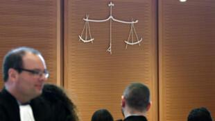 صورة تم التقاطها في 16 نيسان/أبريل 2018 تظهر شعار العدالة داخل مبنى المحكمة الجديد (قصر العدل)، الذي صممه المهندس المعماري الإيطالي رينزو بيانو، في حي باتينيول، شمال غرب باريس.