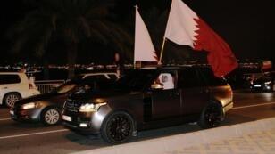 قطريون يحتفلون في الدوحة بفوز منتخب بلادهم لكرة القدم بكأس آسيا للمرة الأولى في تاريخه - 1 فبراير/شباط