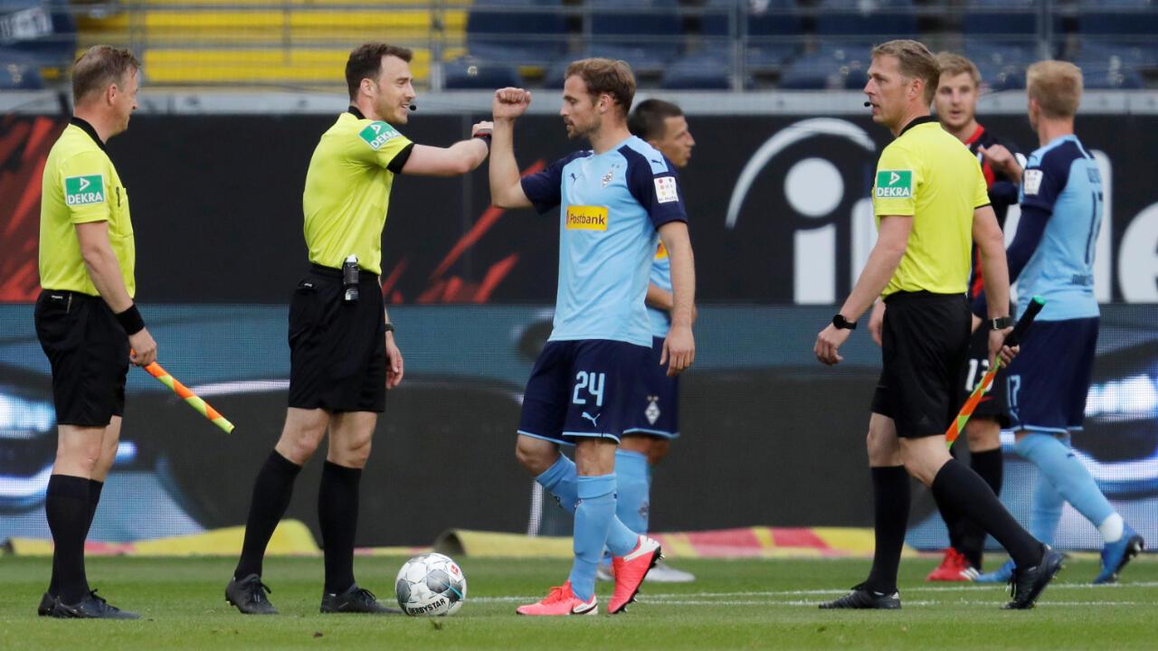 En su encuentro con el árbitro Felix Zwayer, el jugador del Borussia Moenchengladbach, Tony Jantschke, muestra que el saludo con el antebrazo llegó para quedarse.