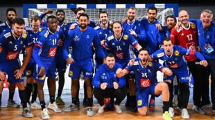 L'équipe de France pose après sa victoire (35-32 après prolongation) face à la Hongrie, lors du quart de finale du Mondial de handball, le 27 janvier 2021 dans la Ville du 6 Octobre, un faubourg près du Caire
