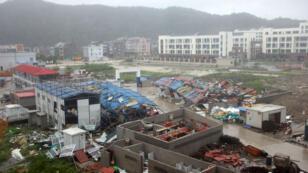 Des bâtiments endommagés à Wenling, une ville de la province du Zhejiang, après le passage du typhon Lekima en Chine, le 10 août 2019.