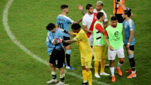 Luis Suárez, de Uruguay, se lamenta después del partido de cuartos de final de la Copa América Brasil 2019 en el Arena Fonte Nova, en Salvador de Bahía, el 29 de junio de 2019