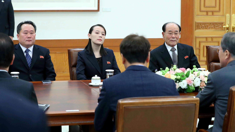 El presidente de Corea del Sur Moon Jae-in habla con Kim Yo Jong, hermana del líder norcoreano Kim Jong Un, durante una reunión en la Casa Azul Presidencial en Seúl, Corea del Sur.