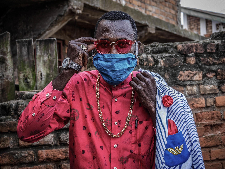 """Même avec un masque, Anglebert Maurice Kakuja ne perd rien de la classe des """"sapeurs"""". La """"Sape"""" désigne la """"Société des ambianceurs de personnes élégantes"""". Bukavu, RD Congo, avril 2020."""