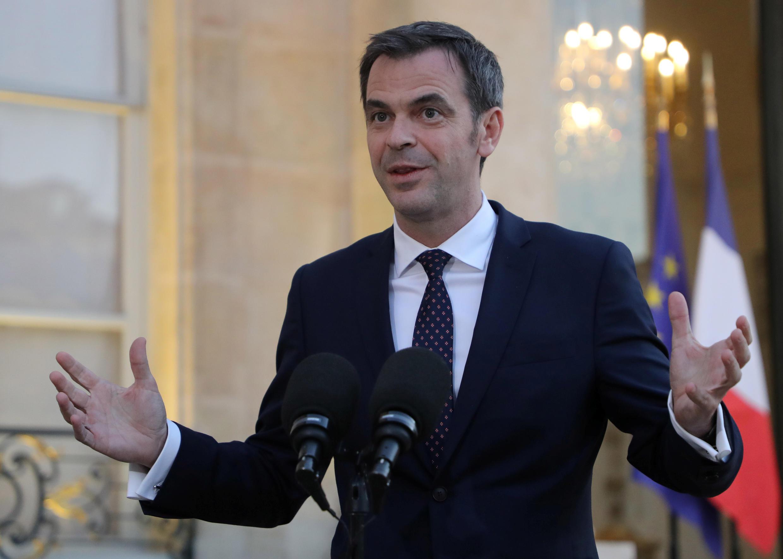 El ministro francés de Sanidad y Solidaridad, Olivier Veran, habla con los medios de comunicación tras la primera reunión del Comité de Análisis de Investigación y Peritaje (CARE) del consejo de científicos franceses, en el Palacio del Elíseo en París, Francia, el 24 de marzo de 2020.