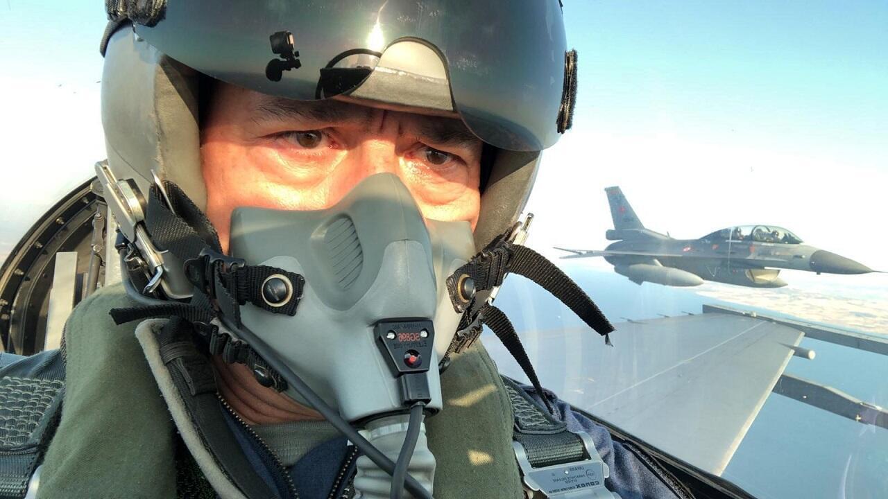 وزير الدفاع التركي خلوصي أكار على متن مقاتلة F-16 خلال رحلة تدريبية فوق مقاطعة كاناكالي. تركيا في 2 سبتمبر/أيلول 2020.
