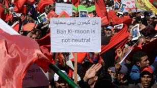 Des manifestants marocains à Rabat, dimanche 13 mars 2016, affichent une pancarte accusant Ban Ki-moon de faire preuve de partialité sur la question du Sahara occidental.