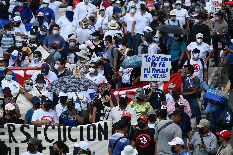 """Miles de salvadoreños protestaron este miércoles 15 de septiembre en las calles de la capital de El Salvador contra el Gobierno de Nayib Bukele por diversas decisiones tomadas en poco más de dos años de administración, como la adopción del bitcóin y la deriva """"autoritaria"""" del mandatario, según diversos sectores."""