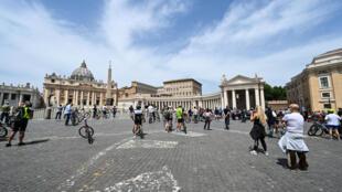 أشخاص في ساحة القديس بطرس في الفاتيكان يستمعون الى صلاة البابا فرنسيس في 17 أيار/مايو 2020.
