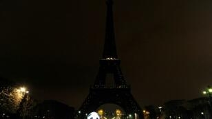 إطفاء أنوار برج إيفل خلال ساعة الأرض في باريس