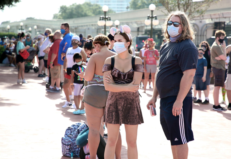 Visitantes hacen filas en Magic Kingdom, uno de los parques de entretenimientos del complejo Disney World en Orlando, Florida, el 11 de julio de 2020