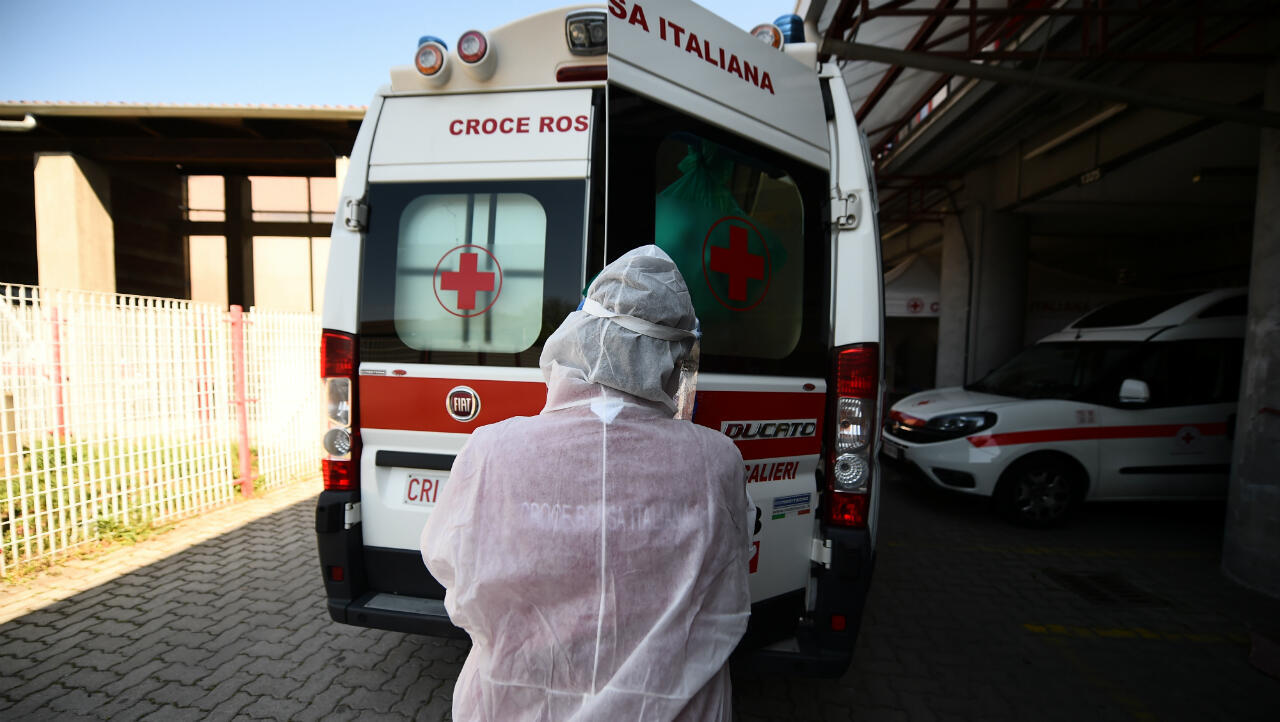 Un voluntario de la Cruz Roja limpia una ambulancia que regresó de una intervención en un paciente por coronavirus. Turín, Italia, el 12 de abril de 2020.