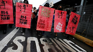 """174/5000 La gente protesta en contra de las alzas tarifarias de los autobuses urbanos en Sao Paulo, Brasil, el 11 de enero de 2018. Los carteles decían: """"4 reales ($ 1,25) no en el autobús público (tarifas)"""""""