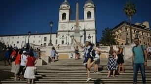 Tourists who sit on Rome's Spanish Steps could be fined up to 400 euros