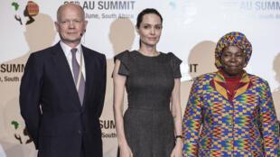 Le Britannique William Hague, l'actrice américaine Angelina Jolie et la Sud-Africaine Nkosasana Dlamini-Zuma, le vendredi 12 juin 2015, à Johannesburg.