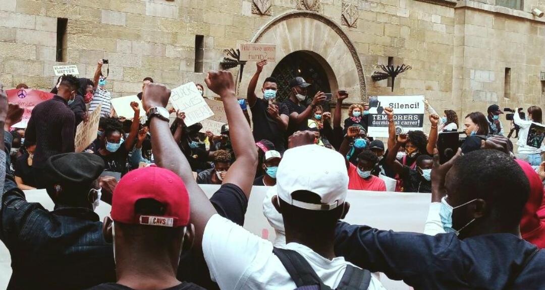 Imagen sin fecha cedida por Fruita amb Justicia Social que muestra una manifestación de temporeros quienes exigen mejores derechos laborales, ante el Ayuntamiento de Lleida, Cataluña, España.