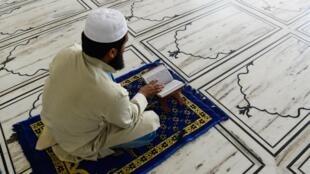 مسلم يقوم بقراءة مقطاع من القرآن في 4 أيار/مايو 2020 في أحد مساجد العاصمة الهندية نيودلهي