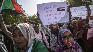 Des étudiants soudanais en langues étrangères défilent lors d'un sit-in devant le siège de l'armée à Khartoum, le 29 avril 2019.